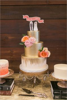 gold painted wedding cake @weddingchicks