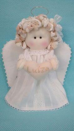 Anjinha em tecido e coração bordado ... Felt Christmas, Christmas Angels, Christmas Crafts, Sewing Hacks, Sewing Projects, Projects To Try, Angel Crafts, Soft Dolls, Tree Toppers