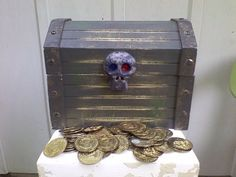 Melissa & Doug Large Wooden Pirate Treasure Chest Skull Fake Metal Dubloon Coins