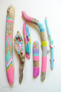 treibholz deko basteln mit naturmaterialien wanddekoration bunt malen farbgestal… driftwood decorating with natural materials wall decoration colorful paint color design Diy For Kids, Crafts For Kids, Arts And Crafts, Diy Crafts, Kids Fun, Stick Crafts, Creative Crafts, Design Crafts, Painted Driftwood