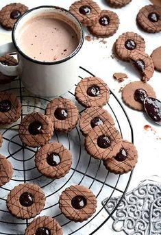 Kakaowo-korzenne ciastka z powidłami - Justyna Dragan Heart Shaped Cakes, Raspberry Recipes, Types Of Cakes, Cookie Box, Dessert Recipes, Desserts, Cupcake Cookies, Biscotti, Good Food