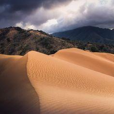 👉🏽⚠️📸Desliza a la derecha para ver la pano de 4 partes📸⚠️👈🏽 Dunas de Macuira, La Guajira 🇨🇴 Este espectacular macizo boscoso con cumbres de más de 700m de altura se encuentra rodeado por el desierto guajiro, y en al centro del macizo se encuentran estas espectaculares dunas a manera de oasis invertido.Tomada con iPhone 6S Plus 📱 Going On A Trip, Oasis, Cool Pictures, Places To Visit, To Go, Iphone, Instagram, Dune, Colombia