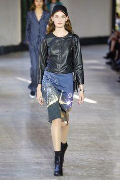 Convertida en una de las firmas francesas de referencia femeninas con una trayectoria de más de 40 años, Agnès b. ha presentado en Paris Fashion Week su colección primavera-verano 2017 demostrando que nadie mejor que una mujer para conceder a las siluetas femeninas todo su esplendor sin caer en los excesos.   Y es que, a  pesar de que la industria de la moda está plagada de diseñadores varones que crean los diseños femeninos más admirados y deseados, algo tienen de especial las firmas…