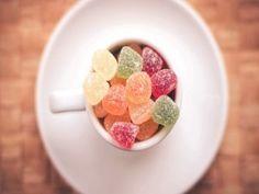 Una taza con golosinas de azúcar