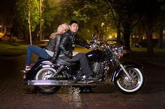 A night photo of a couple on their bike. Couple Picture Poses, Poses For Pictures, Couple Posing, Couple Shoot, Couple Pictures, Motorcycle Engagement Photos, Motorcycle Wedding Pictures, Engagement Pictures, Biker Couple