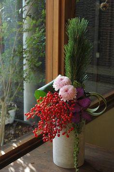 今年は門松バージョンを作りました。¥3675ひとり立ちバージョン¥3675壁掛けバージョン(10個限定です)¥3990高さのある場所へ置くバージョン¥42... Ikebana Arrangements, Tall Flower Arrangements, Christmas Flower Arrangements, Ikebana Flower Arrangement, Tall Flowers, Chinese New Year Flower, Chinese Flowers, Japanese Flowers, Deco Floral
