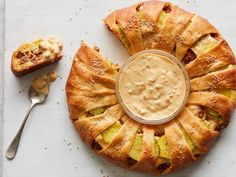 Have your golden, flaky crescent rolls and eat your cheeseburger too: This crowd-pleasing ring is filled with beef and all your favorite burger toppings--bacon, cheese, pickles and a special sauce. Crescent Roll Recipes, Crescent Rolls, Crescent Ring, Best Ground Beef Recipes, Food Network Recipes, Cooking Recipes, Burger Toppings, Bacon, Yummy Food