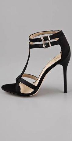 Brian Atwood Laetitia T: Zapatos de tacon negro sin plataforma y con pulsera doble al tobillo.