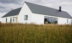 Bungalow House Design, Modern Bungalow, Country Farmhouse Exterior, Modern Barn House, Retreat House, Small Cottages, Roof Architecture, Bright Homes, House Extensions