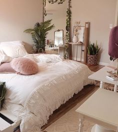 Colorful Home Decor - A mix of mid-century modern bohemian and industrial interior style. Home and apartment decor decoration ideas home design bedroom living room dining room kitchen bathroom office Bedroom Inspo, Home Bedroom, Design Bedroom, Girls Bedroom, Bedroom Furniture, Modern Bedroom, Bedroom With Tv, Trendy Bedroom, Urban Bedroom