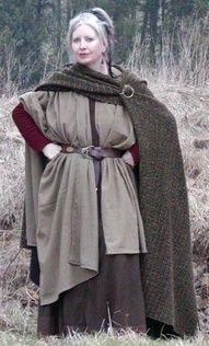 Les Weisskriftins ont la culture la plus mixte du Continent d'Edel. On aime cet habit paysan / .looks sort of post-Roman with a palla Medieval Peasant, Medieval Dress, Medieval Fantasy, Celtic Clothing, Medieval Clothing, Historical Clothing, Viking Reenactment, Medieval Costume, Vikings