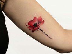 tatouage coquelicot rouge watercolor rouge sur le bras femme