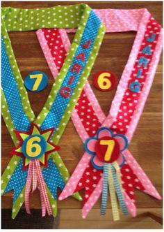 Verjaardagssjerp; 1 voor jongens en 1 voor meisjes. De leeftijd is aanpasbaar. Ben trots op mijn creatie! De jarige loopt zo vast trots rond op haar/zijn verjaardag