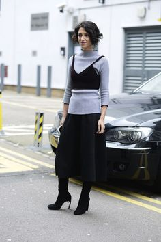 Fashion in the streets of London Trucos de estilismo de Yasmin Sewell: los cropped tops alargan su vida a los fríos días de invierno a través de superposiciones.