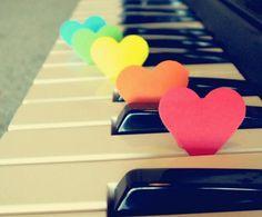«La historia es como el amor, es una música, y tú eres el músico, y mientras la tocas eres de una habilidad enorme, un intérprete que sopla a pleno pulmón en su trompeta o rasga con arrebato las cuerdas con su arco...  Magnífico, una ejecución perfecta, aplausos. Pero no conoces la partitura. La comprendes después, mucho más tarde, cuando la música se ha desvanecido ya...» Antonio Tabucchi