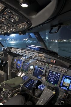 Flight Simulator Cockpit, Boeing Aircraft, Airbus A380, Airplane Wallpaper, Becoming A Pilot, Airline Pilot, Airplane Photography, Commercial Aircraft, Flight Deck