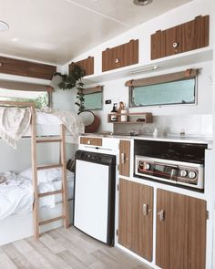 Travel Trailer Remodel Ideas - much of the original decor has been kept in this remodel caravan Caravan Renovation Diy, Diy Caravan, Caravan Vintage, Caravan Makeover, Vintage Caravans, Caravan Ideas, Vintage Travel, Vintage Airstream, Vintage Campers