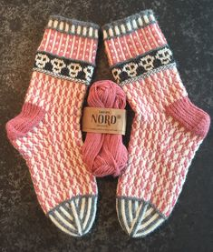 Scull socks made with Drops Nord yarn. Scull socks made with Drops Nord yarn. Crochet Socks, Knitting Socks, Hand Knitting, Knitting Patterns, Knit Crochet, Crochet Patterns, Laine Rowan, Foot Warmers, Patterned Socks
