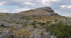 Vista de la Peña del Castro, imponente fortaleza natural que escondía un campamento fortificado cuyos inicios hay que buscarlos en la Edad del Hierro. - v. bejega