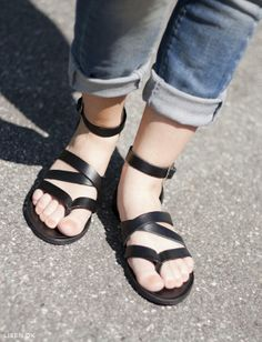 Sprød i sommersort og slidte jeans  