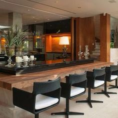 Amo madeira, é acolhedora, aquece qualquer espaço, até os minimalistas, e Ana Maria Vieira Santos sabe fazer uso deste material como pouco...