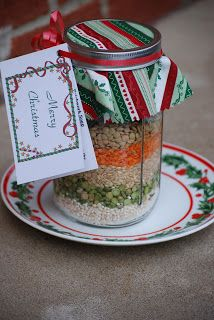 How To Make Layered Patchwork Soup Mix - In a wide mouth pint jar layer the barley, split peas, rice Mason Jar Meals, Mason Jar Gifts, Meals In A Jar, Mason Jars, Diy Jars, Christmas Jars, Christmas Gifts, Christmas Ideas, Vegan Christmas
