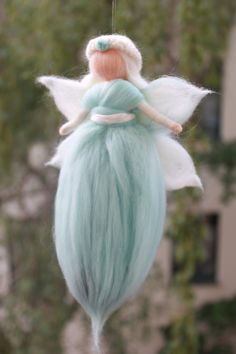 Nestchen -  Wiegenfee, Fee, Schutzengel, Wollfee - ein Designerstück von Jalda-Filz bei DaWanda Needle Felted Animals, Felt Animals, Felt Angel, Needle Felting Tutorials, Felt Fairy, Egg Decorating, Fairy Dolls, Wet Felting, Felt Dolls