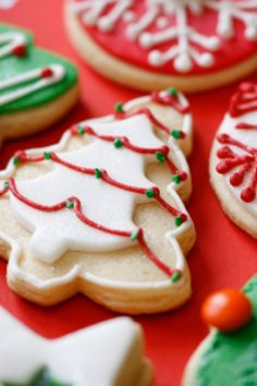 An icing for biscuits that sets hard with a glossy sheen that gives it an extra special look! Use for any biscuits - Christmas cookies, sugar cookies, etc! Sugar Cookie Icing, Sugar Cookies Recipe, Cookie Recipes, Christmas Cookie Icing, Christmas Biscuits, Holiday Cookies, Vanilla Biscuits, Vanilla Cookies, Recipe Tin