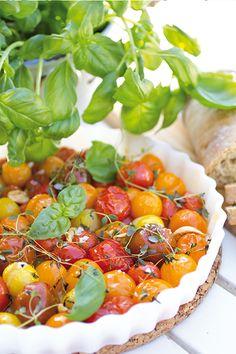 [ Ugnsbakade plocktomater ] 4 bufféport. 500 g tomater, små / 4 vitlöksklyftor / 1.5 dl färska örter (ex timjan, basilika, oregano) / 2-3 msk olivolja / 1 nypa havssalt / 1 nypa peppar   Lägg tomaterna, tätt packade, i ugnsform. Krossa vitlöksklyftorna lätt, putta ner dem mellan tomaterna. Sprid ut örterna på tomaterna. Ringla över olivoljan. Salta, peppra. Baka långsamt i ugn på låg värme, ca 150 i ca 30 min. Dekorera m färska örter vid servering. Chana Masala, Vegetarian, Lunch, Stuffed Peppers, Snacks, Dishes, Vegetables, Ethnic Recipes, Food Ideas