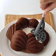 Çok çok güzel bir tarifim var Bir begeninizi alirim Sayfamin en görsel en özel sunumlarindan oldu videoyu sonuna kadar izlemenizi tavsiye ederim..Tarife bir kek yaparak basliyoruz..Benim gibi kek kalibinda yapip parcalayin kesinlikle tavsiye ediyorum Tarifi birazdan ekliyorum... Rulo pasta Kek icin: 4 yumurta 1.5 su bardagi seker 1 su bardagi sut Yarim su bardagi siviyag 3 yemek kasigi kakao 1 paket vanilya 1 paket kabartma tozu 2.5 su bardagi kadar un Yapilisi: Yumurta ve sekeri en az 5
