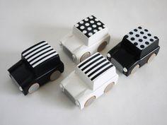 duurzaam speelgoed kiko+ houten auto's met grafisch zwart-wit patroon