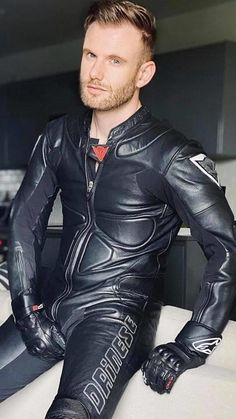 Mens Leather Pants, Tight Leather Pants, Mens Biker Style, Motard Sexy, Bike Leathers, Motorcycle Suit, Leder Outfits, Hommes Sexy, Men In Uniform