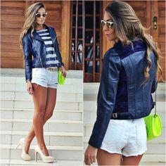 Look navy com Jaqueta de Couro Feminina azul marinho , blusa de listras e shorts branco