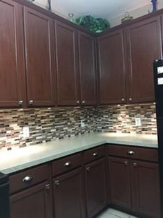Add an extra flair effortlessly to your kitchen with this DAICH SpreadStone Mineral Select Oyster Countertop Refinishing Kit. Backsplash With Dark Cabinets, Dark Countertops, Brown Cabinets, Dark Kitchen Cabinets, Kitchen Cabinet Design, Kitchen Countertops, Kitchen Backsplash, Daich Spreadstone, Countertop Refinishing Kit
