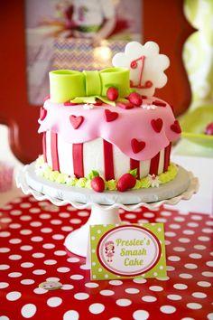 gâteau d'anniversaire délicieux en rose et blanc décoré de cœurs et fraises