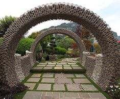 Curved Gabion - instead of rocks, fill the gabion with an earth mixture of lime, fine sand, earth & straw. then wait for it to dry and harden. Gabion Stone, Gabion Fence, Gabion Wall, Diy Garden, Garden Art, Fence Design, Garden Design, Wall Design, Landscape Architecture