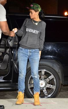 Rihanna Photos - Singer Rihanna stopping by her Grandmother's house in Brooklyn in New York City, New York on June - Rihanna Stopping By Her Grandmother's House In Brooklyn Rihanna Swag, Rihanna Mode, Rihanna Style, Rihanna Riri, Oufits Casual, Casual Outfits, Cute Outfits, Estilo Butch, Timberland Outfits Women