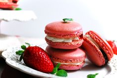 50 French Macaron Flavors To Experiment With In The Kitchen Strawberries and cream french macaroons French Macaroon Recipes, French Macaroons, Strawberry French Macaron Recipe, Strawberry Macaroons, Macaroons Flavors, Tapas Recipes, Spanish Tapas, Strawberries And Cream, Favorite Recipes