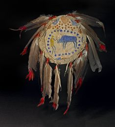 Dance or Medicine shield made of hide, painted cloth (cotton), feathers. Танцевальный щит Кайна. Peace Maker. Обратная сторона.