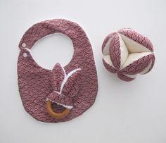 Idée cadeau naissance Montessori ; balle de préhension + anneau dentition bois naturel + bavoir : Mode Bébé par lelouppointu