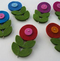 Flores de feltro. Podem ser usadas de muitas maneiras. Vamos florir nossa sala de evangelização com elas? Ou quem sabe, usá-las como marcador? Você decide!