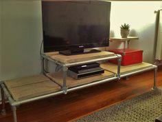 TV meubel van steigerbuis en buiskoppelingen