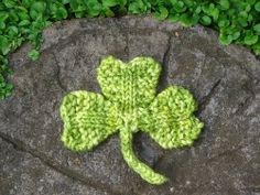 Shamrock / Clover Knitting Pattern for St Patrick's Day - Natural Suburbia - free Leaf Knitting Pattern, Knitting Stitches, Knitting Patterns Free, Free Knitting, Free Pattern, Knit Patterns, St. Patricks Day, Saint Patricks, Knitted Flowers