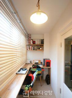 여유 공간이 많지 않은 49㎡(15평)의 집 발코니를 서재로 만들어 부부가 독서를 하거나 편하게 일을 할 수 있도록 했다. 깨끗한 화이트톤과 밝은 우드톤이 어우러져 자연스러운 멋이 난다. 테이블과 비슷한 톤의 버티컬을 선택한 점도 눈길을 끈다. by 홍예디자인
