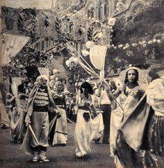 O Rancho era um tipo de agremiação carnavalesca modesta. Sua primeira aparição no carnaval carioca é datada de 1873, mas já existiam desfiles desse tipo anteriormente em comemoração aos festejos de Dia de Reis (6 de janeiro). Possuíam letra e música próprias com grande riqueza melódica – a marcha-rancho. As Escolas de Samba se desenvolveram a partir do Rancho. Dele, existem até hoje as figuras do Mestre-sala, da Porta-bandeira e das pastoras (baianas) ricamente ornamentadas. | O Cruzeiro