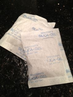 silica-gel packets can keep your makeup bag dry AND you can use them to dry flowers faster! Also keeps embossing powder fresh. Making Life Easier, Silica Gel, Recycling, Things To Know, Household Items, Getting Organized, Good To Know, Cleaning Hacks, Silica Packets