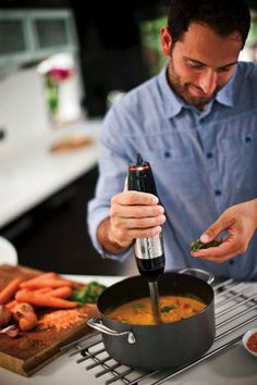 Czy gotowanie nie byłoby łatwiejsze, gdybyśmy zdjęli z ciebie obowiązek domyślania się jakiej prędkości mieszania i rozdrabniania użyć podczas przygotowywania ciast, masy bezowej czy zup? Blender ręczny Illumina 3w1 jest w tym niezastąpiony. Kliknij www.kochamdom.pl