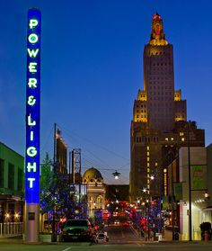 The Power and Light District in Kansas City, MO. En esta area encontraras muchos, y buenos restaurantes, bares, y clubs.