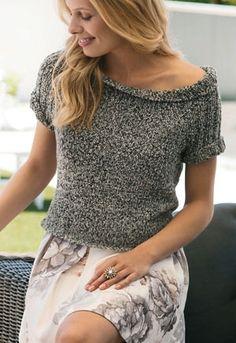 Strikkeopskrift: Kort bluse i glatstrik og rib