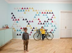 Formas geométricas são sempre uma ótima escolha. Opte por cores variadas e faça uma composição interessante
